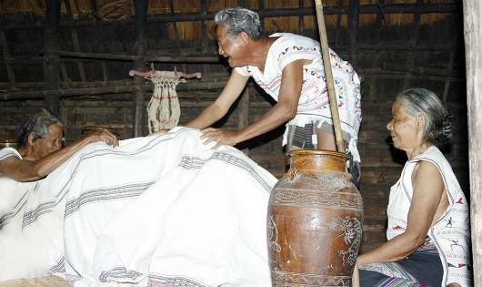 Lạ kỳ nghi thức cô dâu chủ rể chùm chăn 'chạm trán' trong ngày cưới