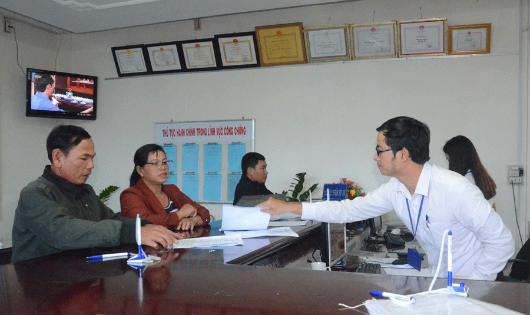 Cán bộ tư pháp hướng dẫn người dân kê khai giấy tờ ở Gia Lai