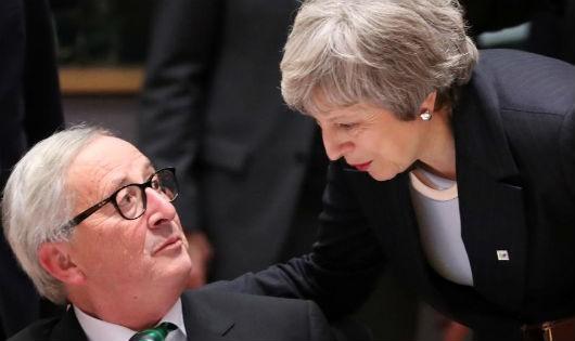 Bà Theresa May (phải) thảo luận với chủ tịch EU Jean-Claude Juncker, ngày 13/12/2018 tại Bruxelles