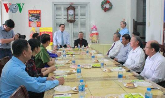 Ông Trần Quốc Trung, Bí thư Thành ủy Cần Thơ chúc mừng các chức sắc và giáo dân nhân dịp Giáng sinh 2018. Ảnh VOV