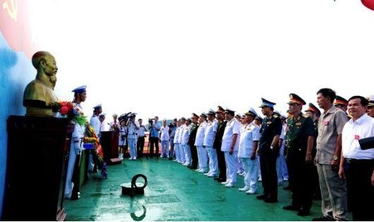 Các đại biểu tại lễ tưởng niệm, dâng hương, dâng hoa các Anh hùng, liệt sĩ hy sinh trong chiến dịch.