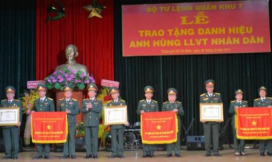 Trao danh hiệu Anh hùng LLVT nhân dân tặng các tập thể.