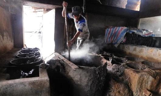 Cơ sở sản xuất nước mắm truyền thống ở Vĩnh Trường, Nha Trang
