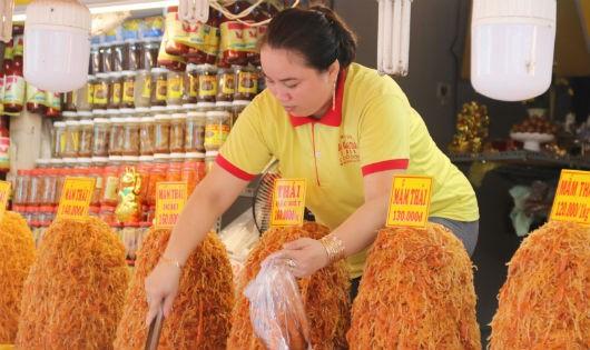 Nhiều loại mắm được bày bán ở chợ mắm Châu Đốc