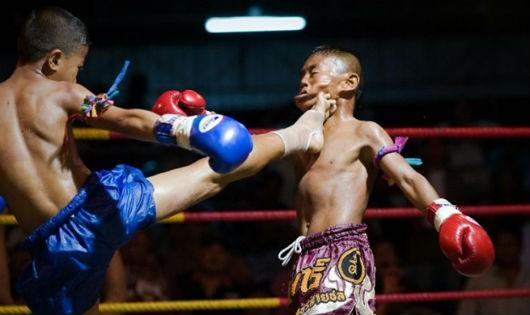 Trẻ em nhỏ tuổi thi đấu Muay Thái không mang các thiết bị bảo hộ và có thể gặp những chấn thương nguy hiểm