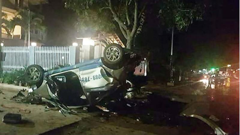 Va chạm kinh hoàng giữa taxi và xe máy, 3 người chết, 4 người bị thương