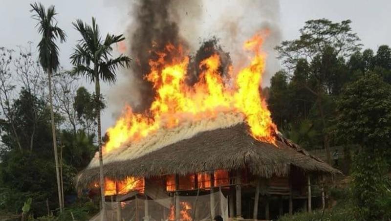 Nghi vấn bé 5 tuổi nghịch lửa gây cháy nhà sàn