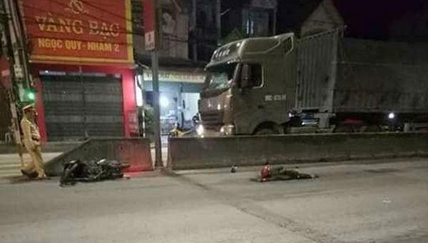 Người đàn ông bị xe tải tông tử vong khi đi ngược chiều