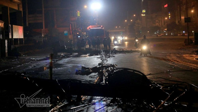 Truy tìm xe bồn kéo đổ cột điện khiến 3 người bị thương ở Hà Nội