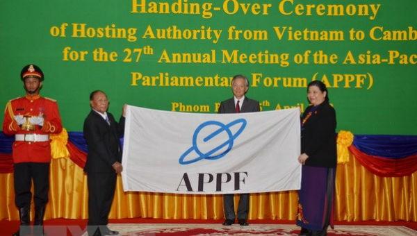 Phó Chủ tịch Thường trực Quốc hội Tòng Thị Phóng chuyển giao chức Chủ tịch APPF cho Quốc hội Campuchia (Ảnh: TTXVN)