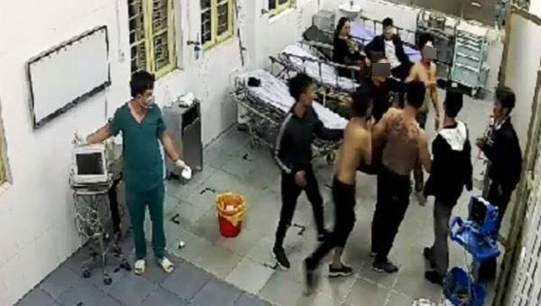 Đang sơ cứu ở trạm y tế lại nhận tiếp nhát dao chí mạng đến tử vong