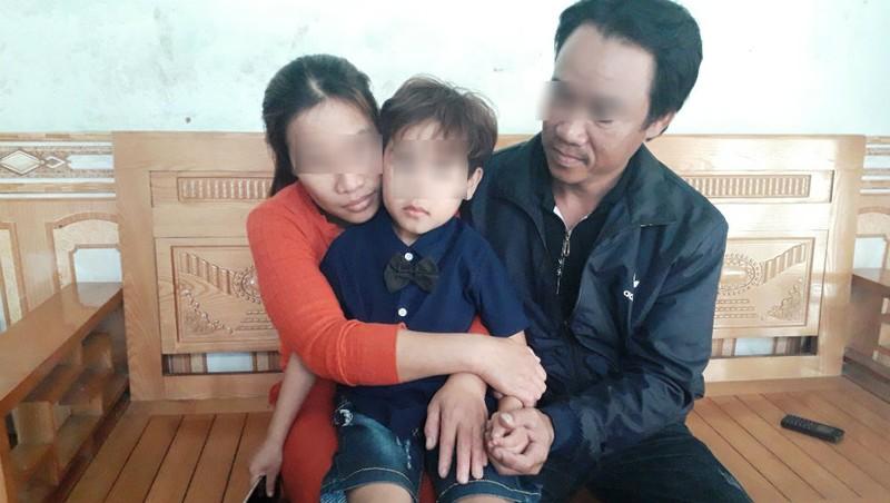 """Cha mẹ cháu bé xót xa: """"Con trai tôi có lẽ đã mù từ mấy tháng rồi nhưng vì cháu còn nhỏ nên không tự nói ra được""""."""