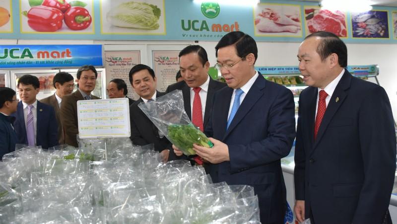 Phó Thủ tướng Vương Đình Huệ thăm gian hàng nông sản an toàn Việt Nam