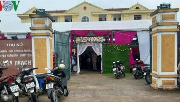 Cổng chính vào trụ sở xã