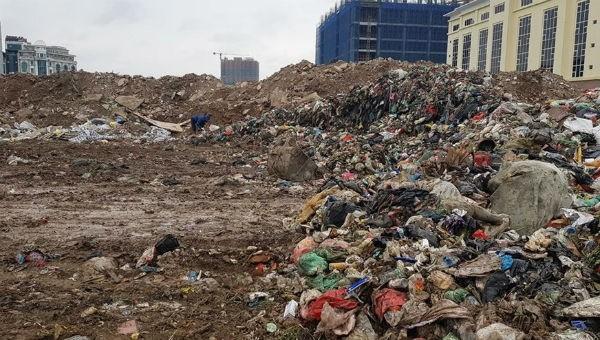 Rác ùn ứ do người dân chặn đường vào bãi rác Nam Sơn trước đó.