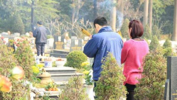 Người dân Huế có phong tục viếng mộ tổ tiên, người thân ngày đầu năm