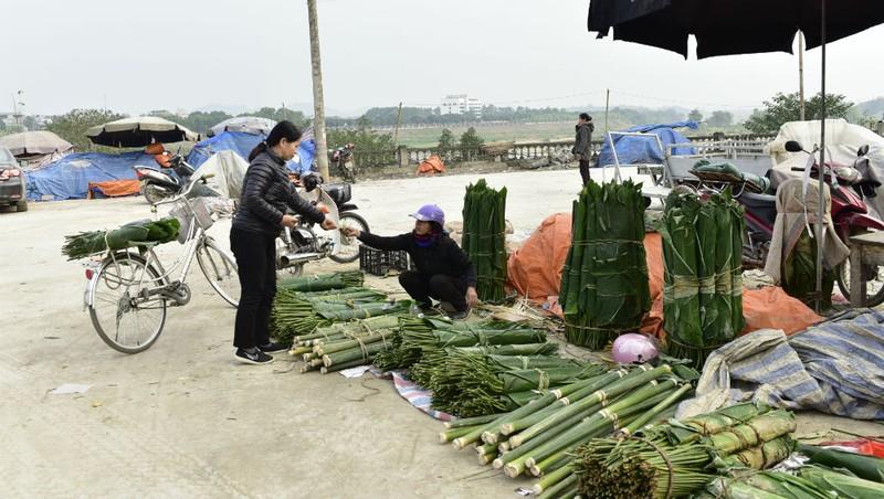 Chợ Tam Cờ (TP Tuyên Quang) đã bày bán khá nhiều lá dong