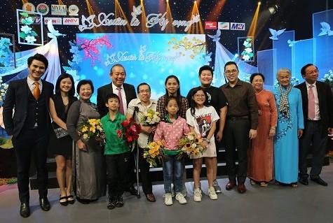 Phó Thủ tướng Thường trực Trương Hòa Bình chụp ảnh chung với gia đình một nạn nhân chất độc da cam/dioxin