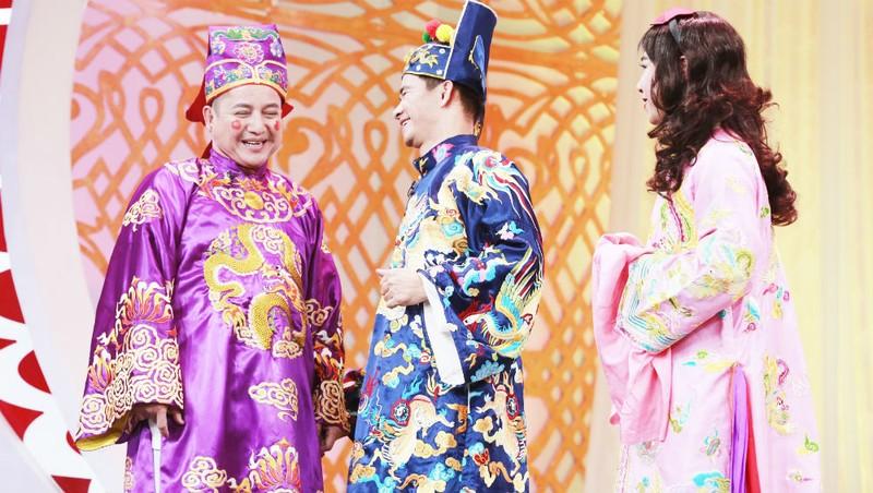 NSƯT Chí Trung (bên trái ngoài cùng) là nghệ sĩ được yêu thích khi đảm nhận Táo Giao thông trong Táo Quân.