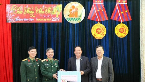 Trung tướng Đỗ Căn trao quà của Quân ủy Trung ương-Bộ Quốc phòng tặng Hội Nạn nhân chất độc da cam/dioxin Việt Nam nhân dịp Tết Nguyên đán Kỷ Hợi 2019.