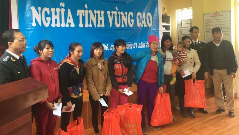 Công đoàn Cục THADS Quảng Ninh tặng quà cho đồng bào có hoàn cảnh khó khăn tại xã vùng cao Nam Sơn, huyện Ba Chẽ.