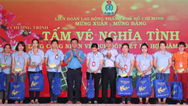 Trao vé xe và tặng quà cho công nhân tại TP HCM về quê ăn Tết
