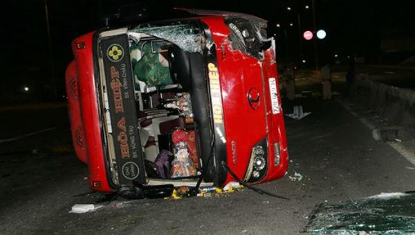 Xe giường nằm lật nghiêng, hàng chục hành khách bị thương