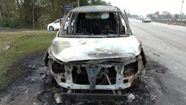 Xe thuê tự lái bất ngờ bị bốc cháy, 3 người thoát chết
