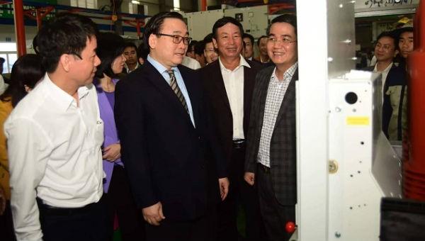 Bí thư Thành ủy Hoàng Trung Hải thăm phân xưởng sản xuất Công ty CP Kỹ thuật Công nghiệp Á Châu