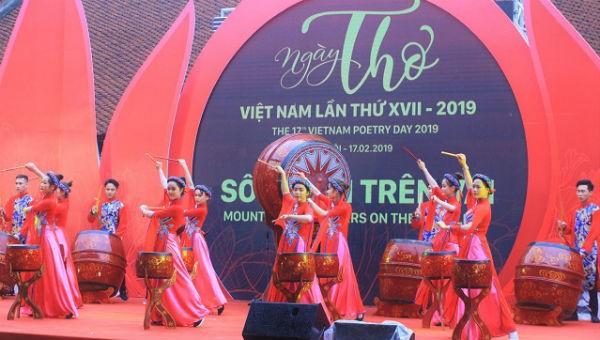 Màn trống hội khai mạc Ngày thơ Việt Nam lần thứ XVII