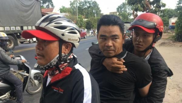 Nguyễn Ngọc Tân (giữa) khi bị bắt giữ
