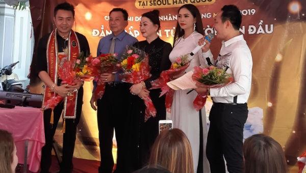 Hoa hậu, thí sinh Nam vương trao 300 suất quà đến người nghèo
