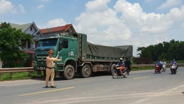 Công an giao thông phân luồng giao thông tuyến QL1A