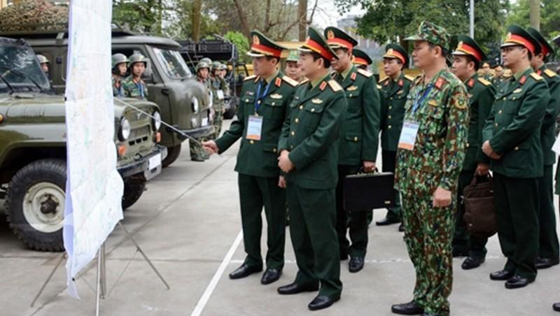 Thượng tướng Phan Văn Giang nghe chỉ huy Cục Tác chiến điện tử báo cáo kế hoạch tại thực địa.