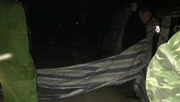 Dạo bộ buổi tối, một phụ nữ bị đâm chết, người đi cùng uống nước lạ tử vong