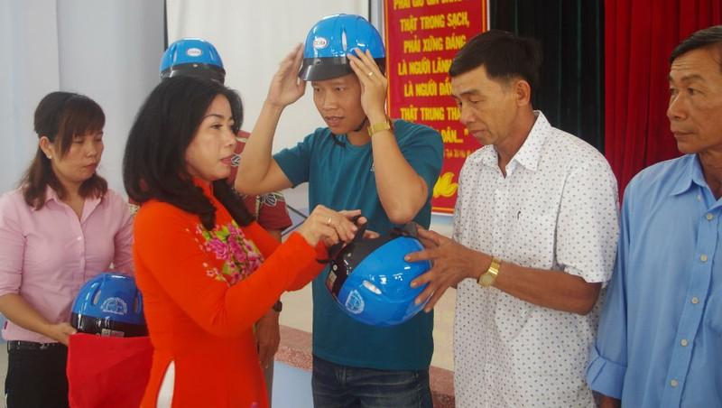 """Các hội viên nông dân được tặng mũ bảo hiểm với thông điệp """"Giá trị nhỏ - ý nghĩa lớn"""""""