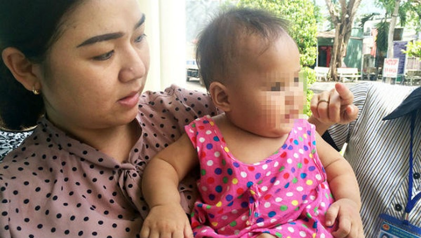 Bé gái được cán bộ phường Tân Phong chăm sóc