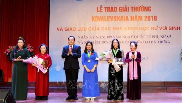 Các nhà khoa học nữ nhận giải cá nhân và tập thể Giải thưởng Kovalevskaia năm 2018. Ảnh TTXVN