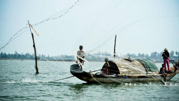 Niềm vui lên bờ của ngư dân phá Tam Giang