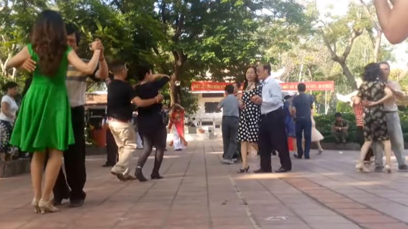 Khiêu vũ công viên - góc sống vui của người Sài Gòn