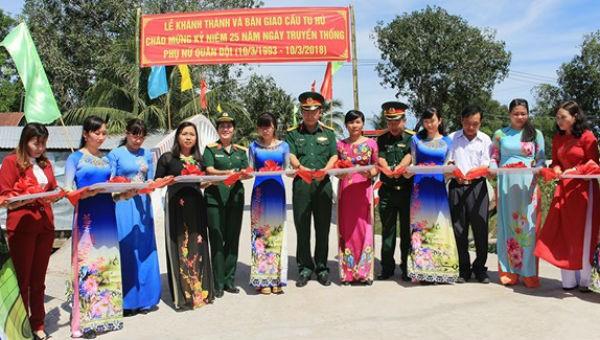 Đại biểu cắt băng khánh thành Cầu Từ Tâm 1 (Tu Hú) tại xã Hòa An, huyện Phụng Hiệp, tỉnh Hậu Giang.