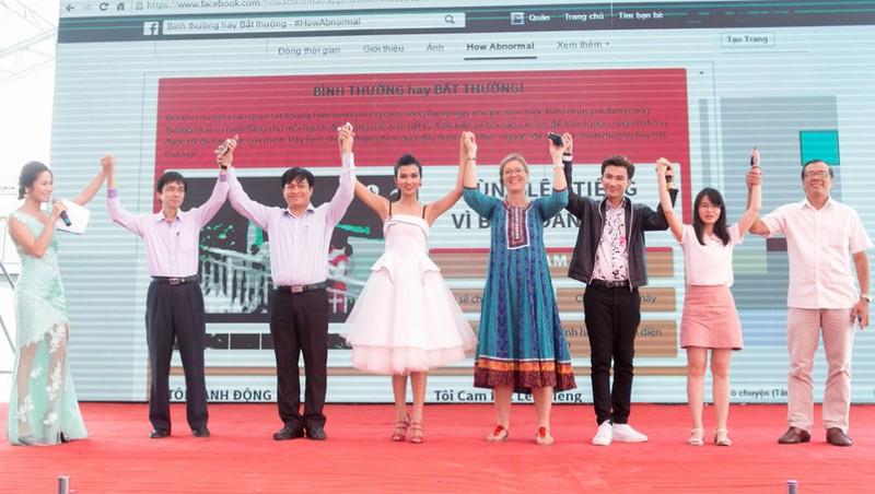 Diễn viên Kim Tuyến và ca sĩ Chí Thiện (thứ tư và thứ 6 từ trái qua)