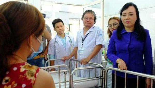 Bộ trưởng Bộ Y tế Nguyễn Thị Kim Tiến hỏi thăm bệnh nhi đang điều trị