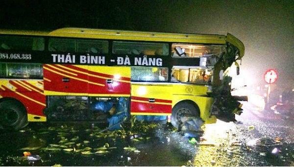 Biến dạng đầu xe khách sau 2 cú va chạm, 1 người thiệt mạng