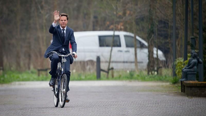 Thủ Tướng Hà Lan đi làm bằng xe đạp