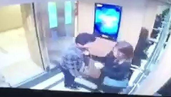"""Người đàn ông """"cưỡng hôn"""" nữ sinh trong thang máy bị phạt 200.000 đồng"""