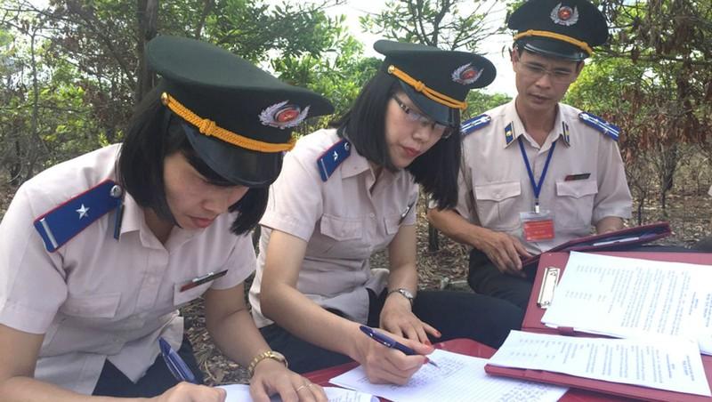 Các Chấp hành viên, Thư ký Cục THADS Quảng Ninh trong một buổi cưỡng chế. (Ảnh minh họa)
