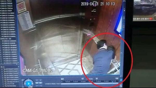 Hình ảnh ghi nhận người đàn ông sàm sỡ bé gái trong thang máy