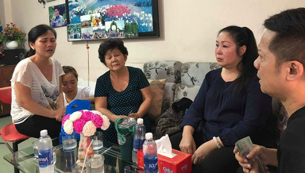 Gia đình nghệ sĩ Anh Vũ rơi nước mắt khi nhận tiền quyên góp