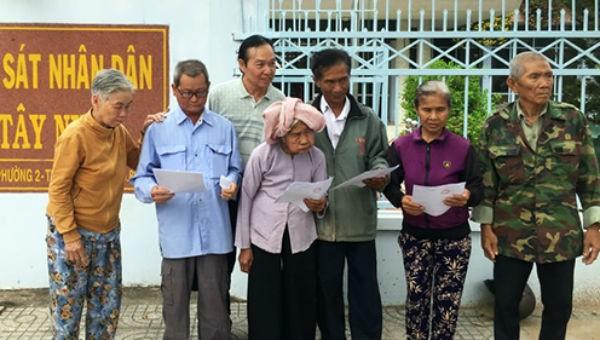 Những người bị oan sai nhận quyết định đình chỉ điều tra tại VKSND tỉnh Tây Ninh. Ảnh VnExpress